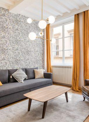 Séjour confortable, parfaitement décoré, illuminé par les lumières extérieures.