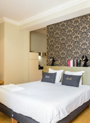 Coin chambre spacieuse et confortable, éclairée par la lumière extérieure et de sa télévision murale.