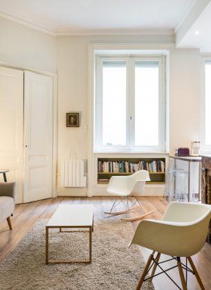 Grand salon éclairé, style rustique et meuble scandinave, coin cosy et calme.