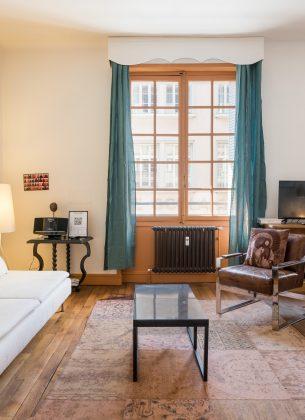 Grand salon coloré donnant vie à cette pièce rayonnante. Coin cosy et agréable à vivre.