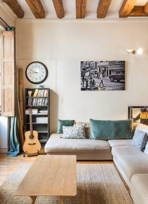 Charmant salon équipé d'un grand canapé confortable, agréablement décoré.